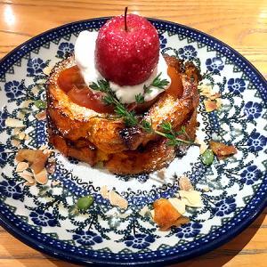 「カフェ フレディ」銀座店の12月限定!りんご飴が乗った「りんごのフレンチトースト」