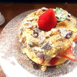 「パーラービネフル銀座」のクリスマスパンケーキ第一弾「苺とシュトーレンのパンケーキ」