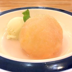 今年もスタート!桃丸ごと1個使用のひんやりスイーツ 「つばめグリル」の夏の定番「桃のコンポート バニラアイスクリーム添え」