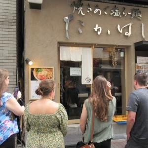 外人観光客が多く訪れる!店頭に暖簾の如く「焼きあご」が飾られている!銀座たかはし!