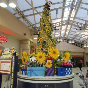 ひまわり(向日葵)とパンダの強大クリスマスツリー!ゴッホと動物たちがちりばめてられています。
