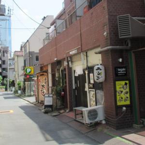 住所は渋谷だが西新宿の外れにある小粋な路地裏風ラーメン店!その割にPOPが派手。