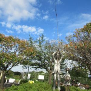 日本の原風景が残っている公園、中を通り抜けた上にある銅像に何か感じます。