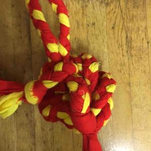 三つ編みで縄跳びを編む年長さん