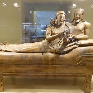 夫婦の石棺比べ