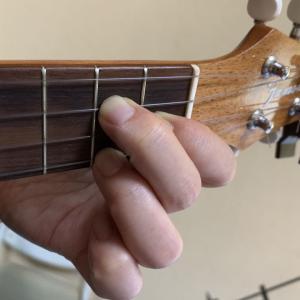 弦を押さえる左手の爪は短く♪