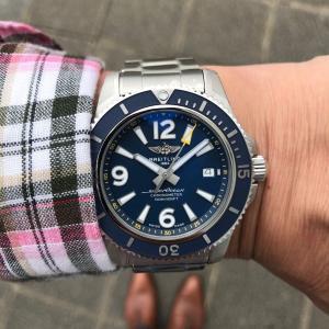 ブルーのダイヤルにイエローの秒針を備えたスポーティーな仕様は、日本限定販売の特別版。