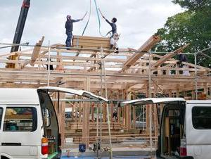 棟上げ 赤瓦葺き木造平屋建