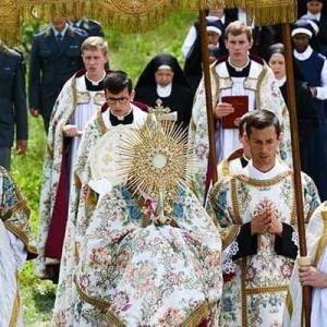 聖体降福式は主の勝利の凱旋式である