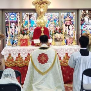 ただしばらくの間、祭壇上にお宿りになる聖体も、実は永遠の天主でおいでになることは、誤りない真理の御言葉の上に建てられた教会の信仰である