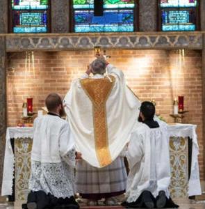 アメリカのテキサス州のジョセフ・ストリクランド司教は、今年の御聖体の祝日に生まれて最初の聖伝のミサを捧げつつ、深い感動を受けたとインタビューに答えています。