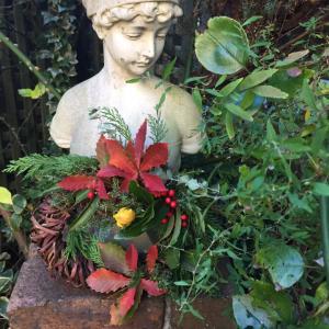庭の花木でリース作りました(2)ドナテッロの<ダビデ>(メルクリウス)と金子國義さんのカード