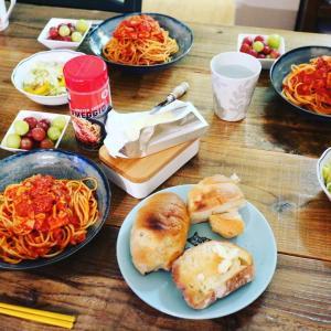 トマトスパゲティとへそ天の丼
