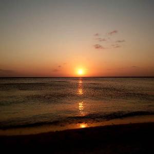 「ニライビーチの夕日」。