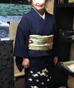 三つ紋の菊の着物で茶道の許状を授与されたお客様。