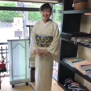 ご来店のお客様・野田淳子さん単衣の着物姿。