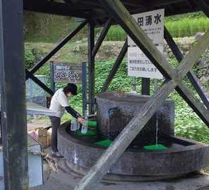 山田湧水に水くみに!