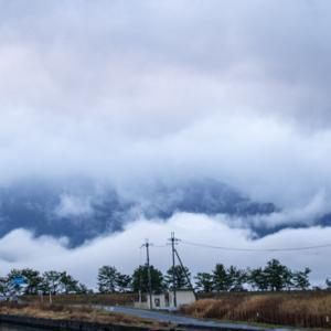 雲に覆われた比良山系