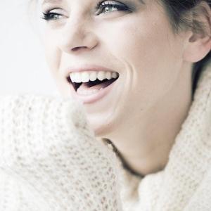 笑いたくても笑えない美女の秘密