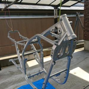 GSX1100S カタナ ド素人のレストア【71】 フレーム塗装が完了しました。後はブレーキキャリパー組んだりとか・・・