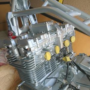GSX1100S カタナ ド素人のレストア【73】 フレームにエンジン搭載しました。