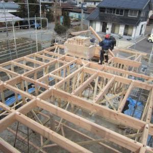 造作をしながら建て方を行います ・・・化粧梁・杉板大安仕上げの化粧天井です