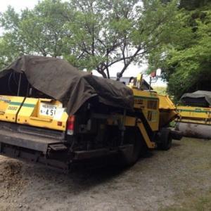 土木作業車の搬入 アスファルトフィニッシャーはガンダムに出そうな雰囲気ですね