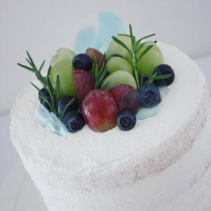 シンプルなぶどうとブルーベリーのネイキッドケーキ