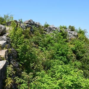 桃太郎伝説の地、鬼ノ城跡を歩く。 その6 <屏風折れ石垣>