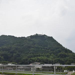 周匝茶臼山城跡を歩く。 その1 <模擬天守>