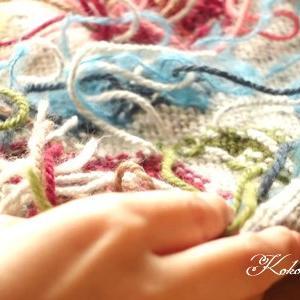 花とキノコのプルオーバー、大量の糸始末をしています
