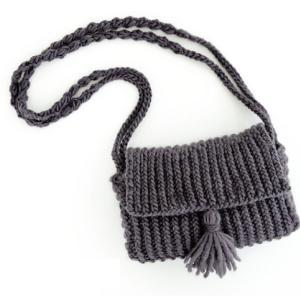 無料編み図☆超極太毛糸でタッセルつきのショルダーバッグ