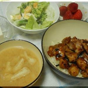 焼き鳥丼とブロッコリーサラダ