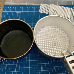 エバニューの丸型クッカー用に焦付き防止シートと炊飯ネットの新作を作りつつ、芋を掘り、ウッドストーブの紹介をする