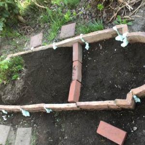 ゴールデンウィーク庭日記 その2 花壇のレイアウト変更とプラ舟ビオトープ