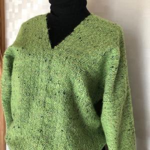 手織り布でベスト、セーターとベレー帽