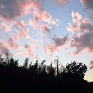 自宅の窓から見える夕暮れの空。