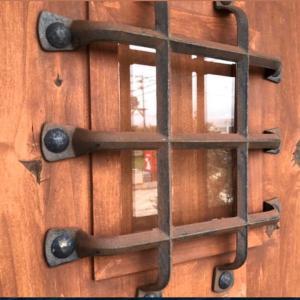 輸入玄関ドアでは重厚な木製アンティークドアが人気です。