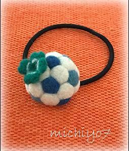 羊毛フェルト*四つ葉のクローバー付き半球サッカーボールのヘアーゴム