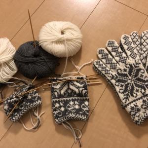 白い方の手袋完成してグレーの方に入る