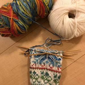 大豆を茹でながら編み始め