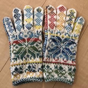 嶋田さんのカラフル手袋完成