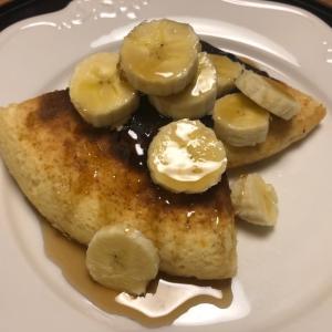 ホットケーキにバナナとメープルシロップ