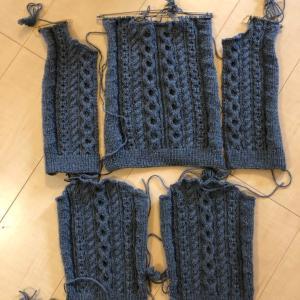 赤ちゃんカーディガンのパーツ編み上がりました