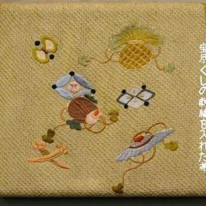 絞りの生地に宝尽くしの文様を刺繍した帯を葵柄小紋に合わせてみました