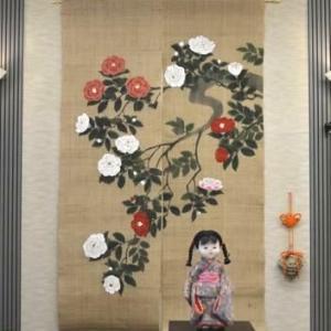 明日は店主催のクリスマスパーティー・そして手描き麻のれんの「椿柄」が入荷しました