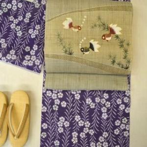 竺仙さんの紫地の撫子柄綿紅梅小紋を夏着物として金魚柄の麻染帯でコーディネート