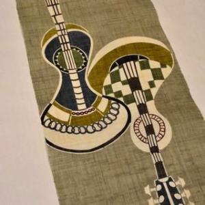 近江ちぢみの着物を楽しい楽器柄の染帯でコーディネート・街着らしく楽しめる着こなし方