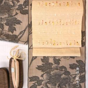 竺仙さんの松煙染小紋に紬帯と天濃茶竹焼き舟形草履を加えてコーディネート・そしてトンボ玉帯留