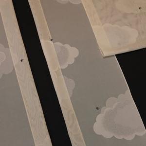 夏コートにもなれば長羽織にもなる薄玉子色の雲とツバメ柄のコート地が入荷
